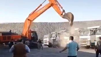Работник не зел плата, па седнал во багер и му искршил 5-те камиони на газдата (ВИДЕО)