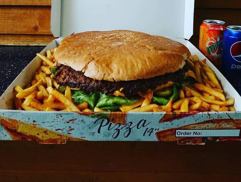 Кој ќе го изеде овој огромен бургер, ќе добие награда од 1.000 фунти!