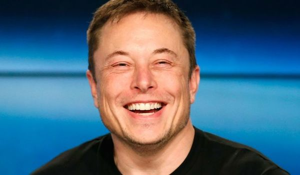Елон Маск работи 120 часа неделно за саатница од 900.000 долари