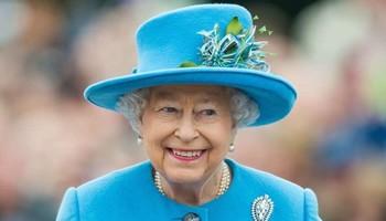 Не дозволува отварање на прозорци, има кука во чантата, а оваа е најчуднa од сите: бизарни навики на кралицата Елизабета