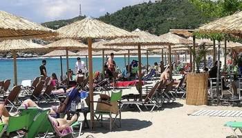 Грција денеска ги отвори плажите